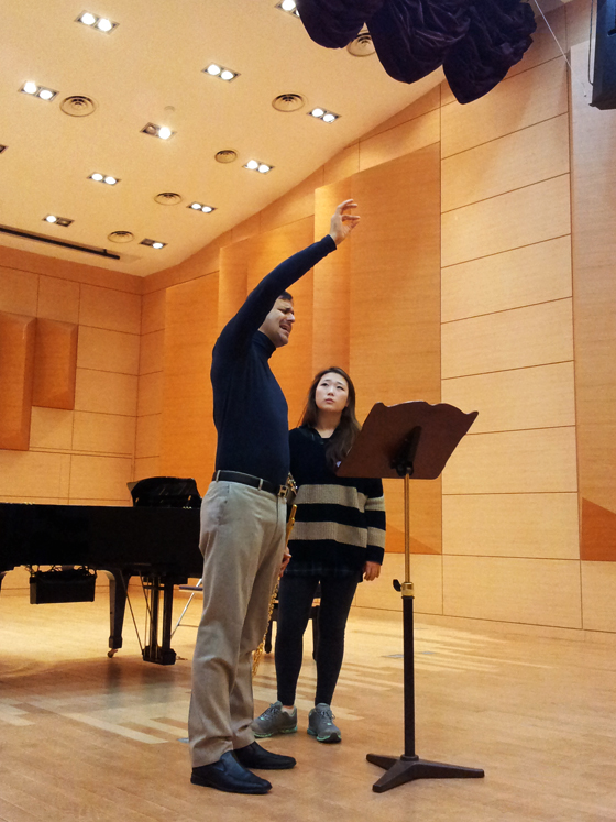 Davide Formisano teaches a masterclass with students of Philipp Jundt at the German School of Music Weimar, Kangnam University (PHOTO: Charles Ian Chun)
