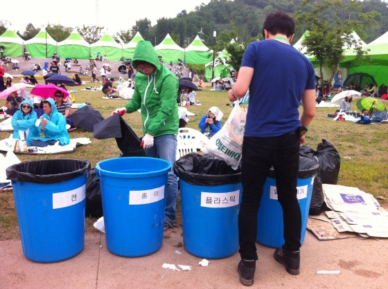 Separating garbage at Greenplugged Seoul 2012 (PHOTO: Lee Su-hyeon)
