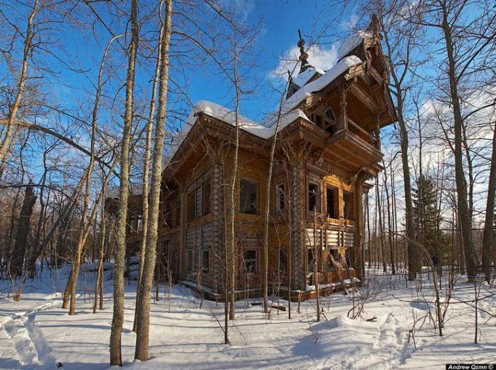 Casa de madera abandonada en medio de un bosque ruso