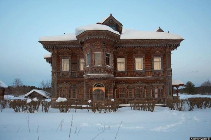 Mansión de madera en medio de la nieve