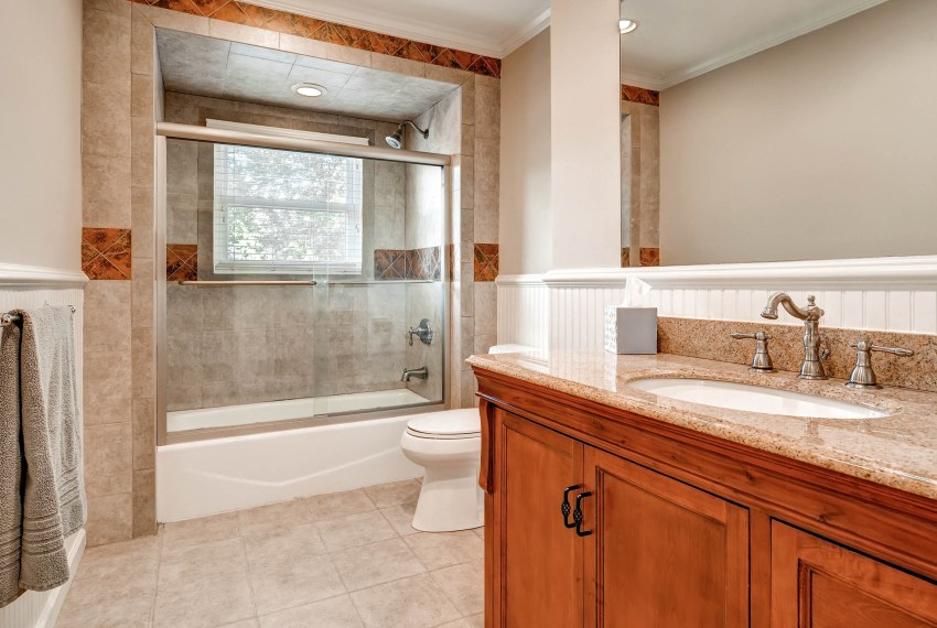 3226-leslie-lane-atlanta-ga-print-018-9-2nd-floor-bathroom-2700x1801-300dpi