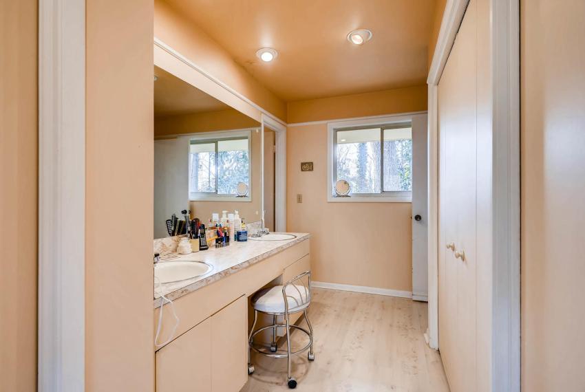 2072 Castleway Drive Atlanta-large-022-18-Master Bathroom-1499x1000-72dpi