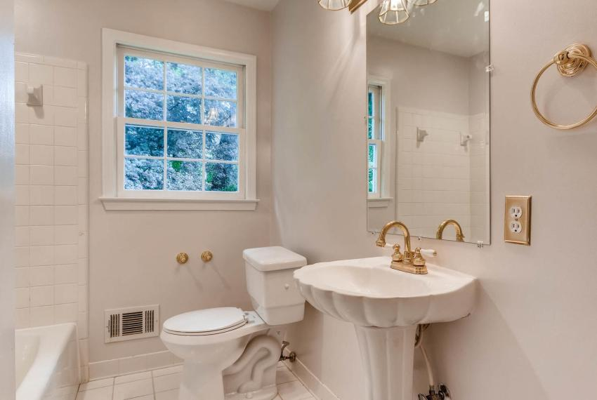 2638 Smoketree Way NE Atlanta-large-028-36-2nd Floor Bathroom-1499x1000-72dpi