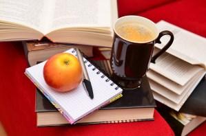 Книги с кафе и ябълка