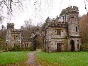Přestěhovali se na hrad. Z nového obydlí je prý vyhnal duch připomínající gorilu