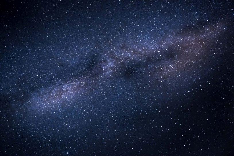 el universo no deberia existir materia y antimateria