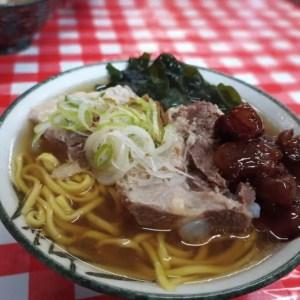 おすすめ!沖縄そば「やかそば」豚肉(ソーキ)がトロトロでめちゃデカい!今のところ一番お気に入り。