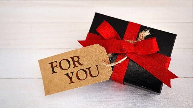 赤いリボンのGIFTBOXと「FOR YOU」