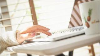 パソコンを操作する女性の手