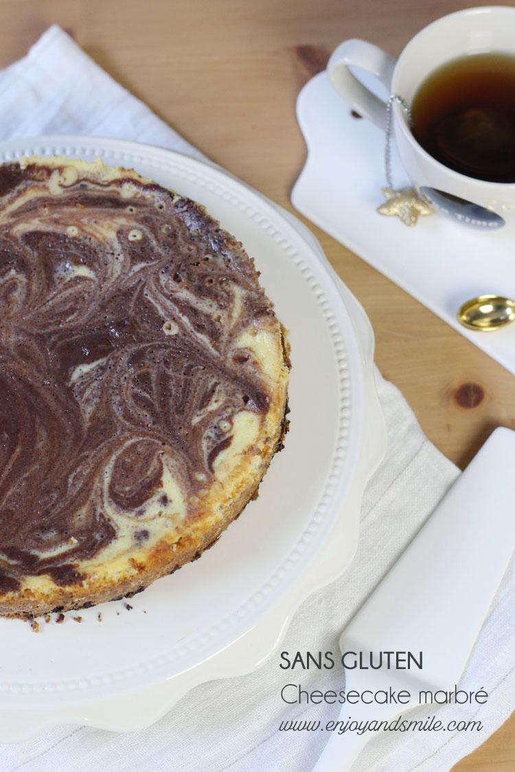 Un cheesecake gourmand sans gluten avec un biscuit cookie aux pépites de chocolat recouvert d'une pâte cheese-cake marbrée