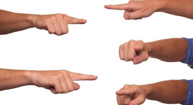 指差しあう手