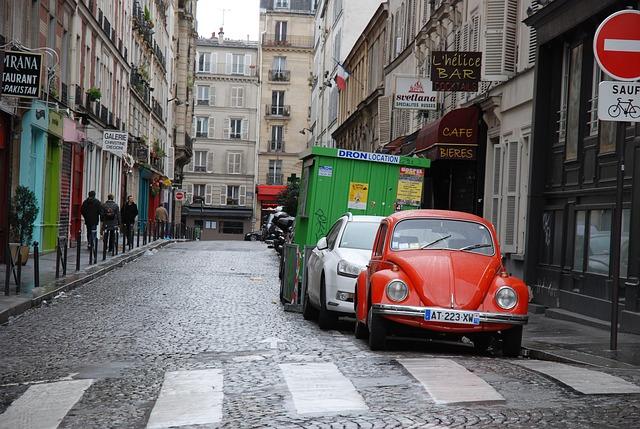 路上に停めてある車