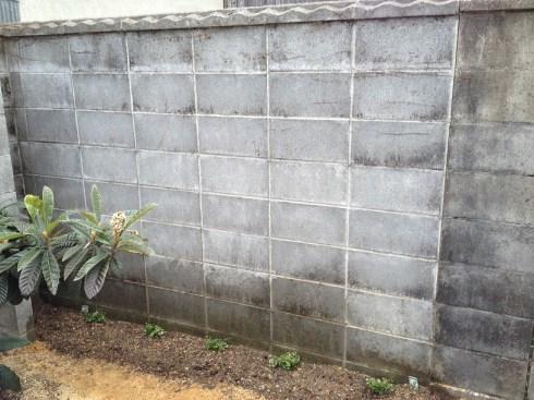 殺風景なブロック塀の例