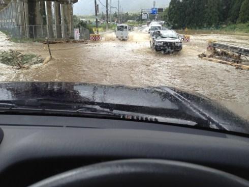 台風後、道路が川に
