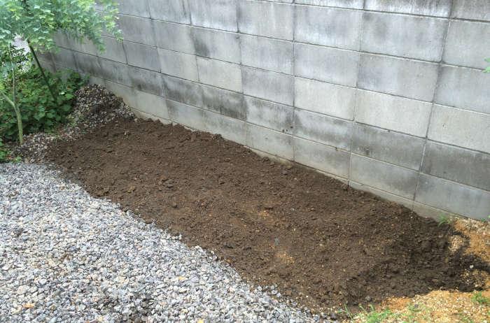 花壇を耕した後