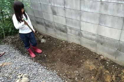 耕すが土が固い