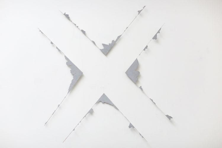 """""""X"""", 1986, plast + pianotråd, konstverk av Curt Asker."""