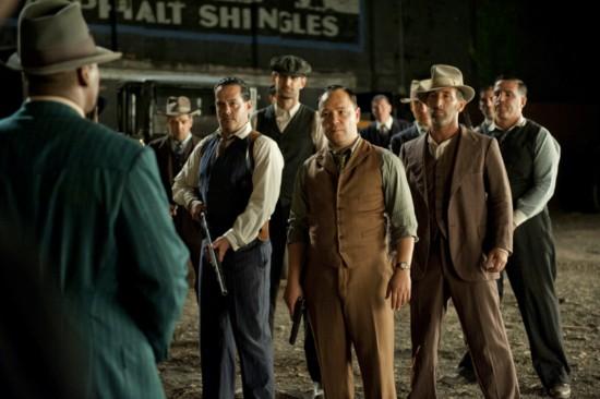 Stephen Graham som Al Capone i midten, i brun 3-piece dress uten jakke, i en scene fra sesong 3 av Boardwalk Empire. Legg merke til vidden på buksebena