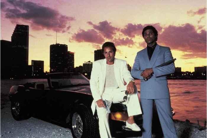 Don Johnson og Philip Michael Thomas som henholdsvis Crocket og Tubbs fra den ikoniske 80tallserien Miami Vice. Det var sjelden vi så Don Johnson i noe annet enn t-skjorter under dressjakken