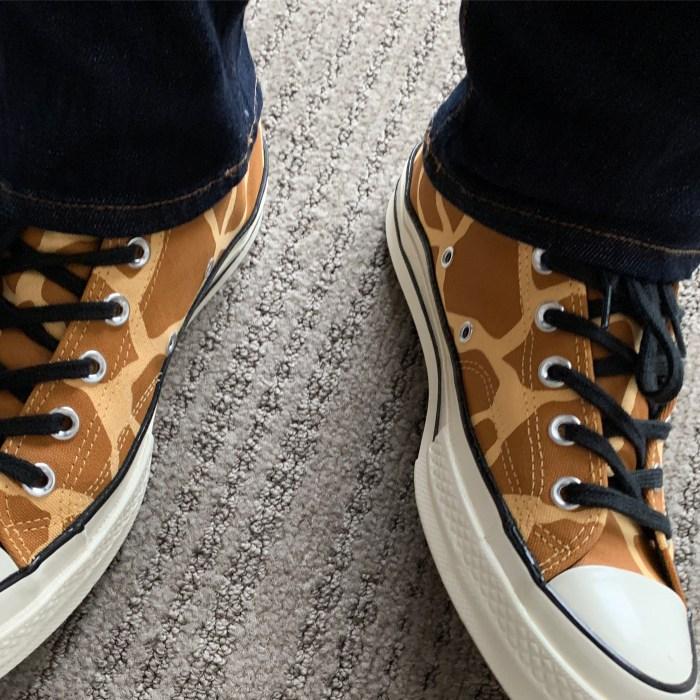 8d8d2320c1d3 Skoene kommer med sorte lisser