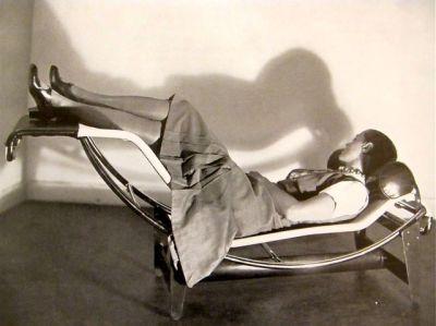 Charlotte Perriang sur la chaise longue qu'elle a crée avec Le Corbusier et Pierre Jeanneret, 1929