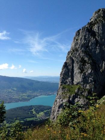 Face sud des Dents de Lanfon avec en arrière-plan le Roc de Chère et lac d'Annecy - photo Enki (IMG_4462)