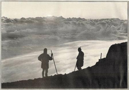Herbert G. Ponting - lever du soleil au sommet du mont Fuji, publié par K. Ogawa en 1905