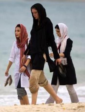 Iran, août 1988 - jeunes femmes se promenant sur la plage de Kish