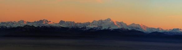 coucher du soleil sur les Alpes et le massif du Mont Blanc