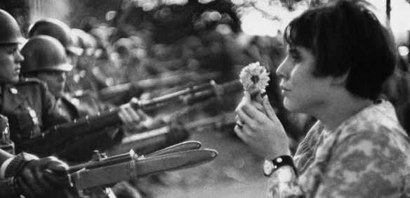 la jeune fille à la fleur – Manifestation du 21 octobre 1967 à Washington - photo Marc Riboud