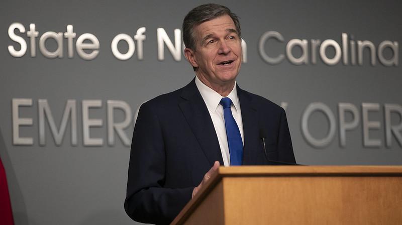 Cooper firma ley que incluye cheque de estímulo por $335