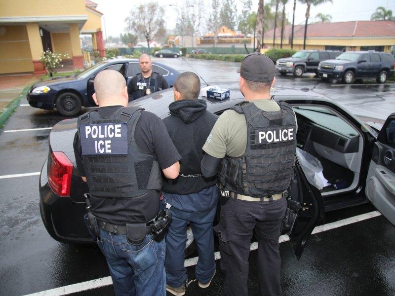ICE disminuye deportaciones y arrestos