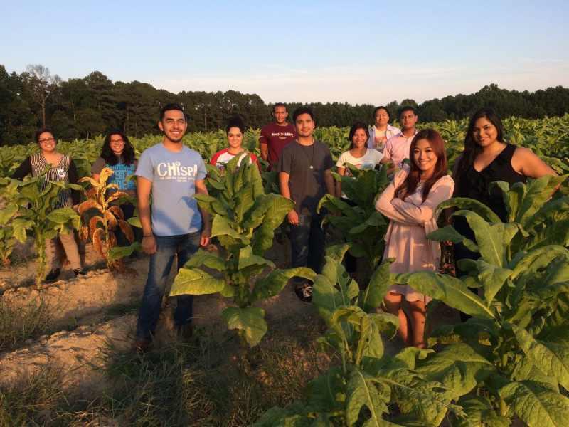 Estudiantes con los Trabajadores Agrícolas