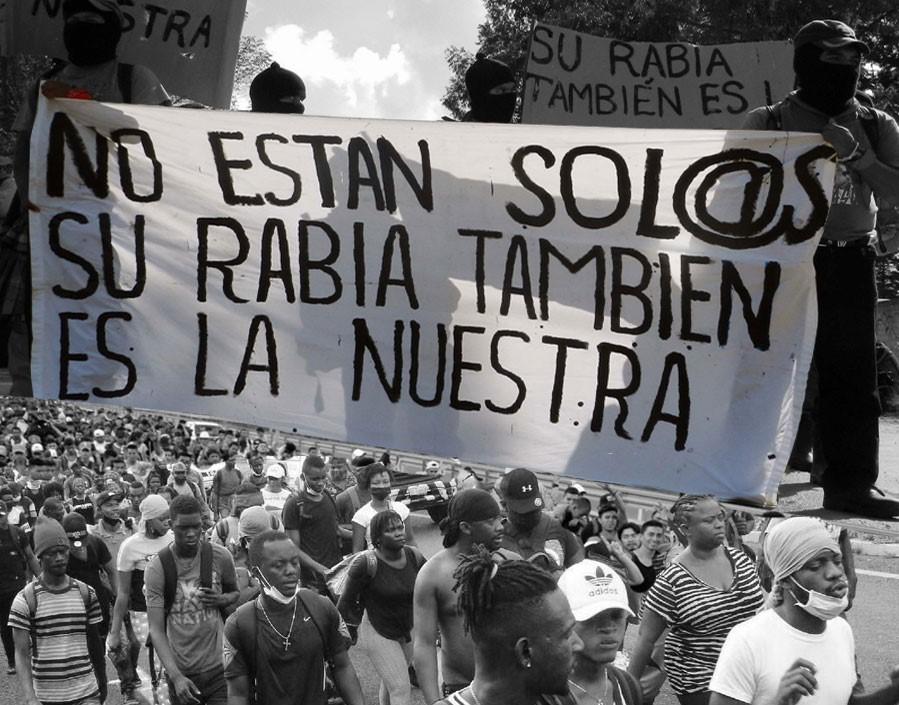 Collage con base a una imagen de una caravana de migrantes, en su mayoría conformada por haitianos, que recorre una carretera en el municipio de Tapachula, estado de Chiapas, México, el 1 de septiembre de 2021. © EFE/Juan Manuel Blanco