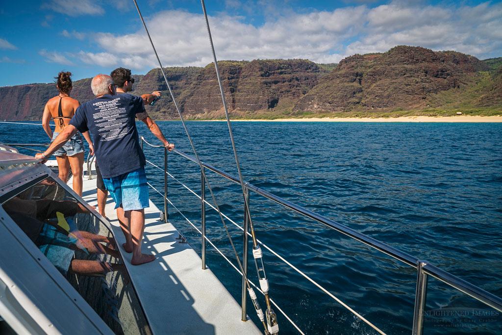 Photo: Tourists on boat offshore of Polihale State Park, along the Na Pali Coast, Kauai, Hawaii