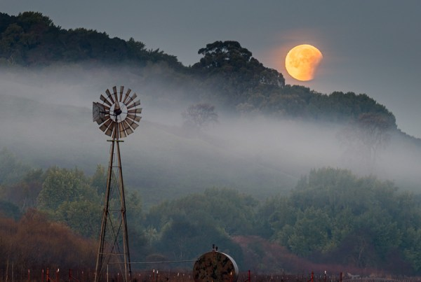 Photo: Super Blue Blood Moon Lunar Eclipse sets next to windmill while coming out of totality in a rare 150-year convergence, Contra Costa County, California