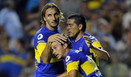 Cvitanich celebra el primer gol de Boca Juniors que empezó ganando 2-0 al Olimpo