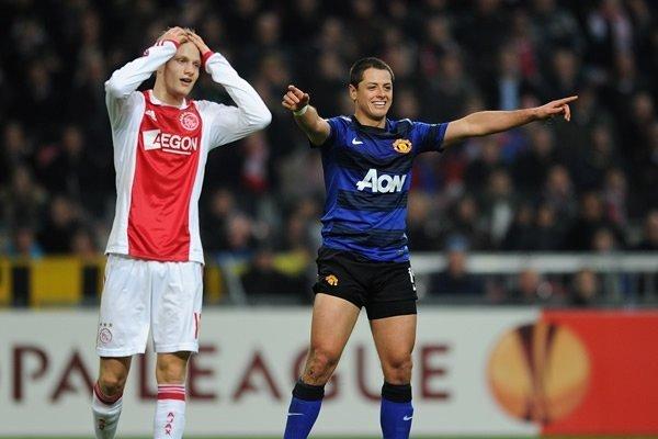 El mexicano Hernández anotó uno de los goles del triunfo del United sobre el Ajax en Ámsterdam