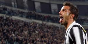 Del Piero celebra con el público de la JUVE su gol