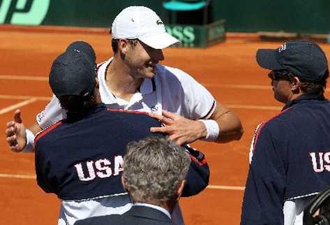 Isner celebra con su equipo la clasificación de Estados Unidos