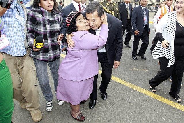 Ollanta Humala se fotografió con niños e incluso abrazó y besó a ciudadanas