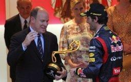 Mark Webber recibe de manos del principe de Mónaco, Alberto II, el trofeo por haber ganado el Grand Prix de F1 en Montecarlo