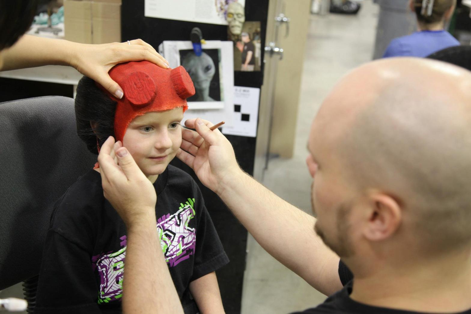 Zachary, maquillado como Hellboy