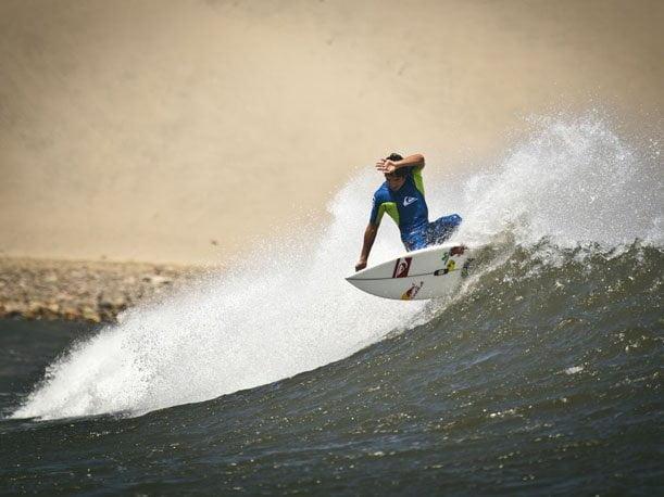 El surfista peruano Cristóbal de Col registró el récord Guinness al realizar la mayor cantidad de maniobras en una sola ola
