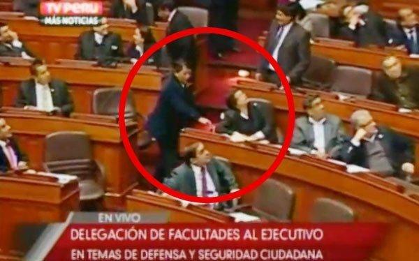 Rubén Condori marcando votación de Rosa Mavila
