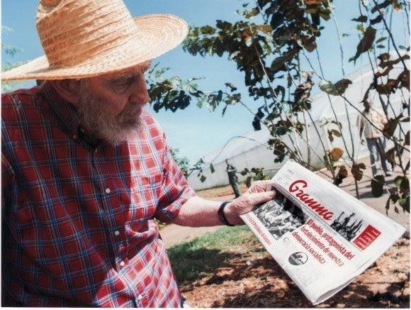 Fidel Castro con una publicación reciente del Diario Granma
