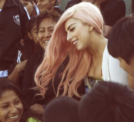 Lady Gaga en Ventanilla (littlemonsters.com)