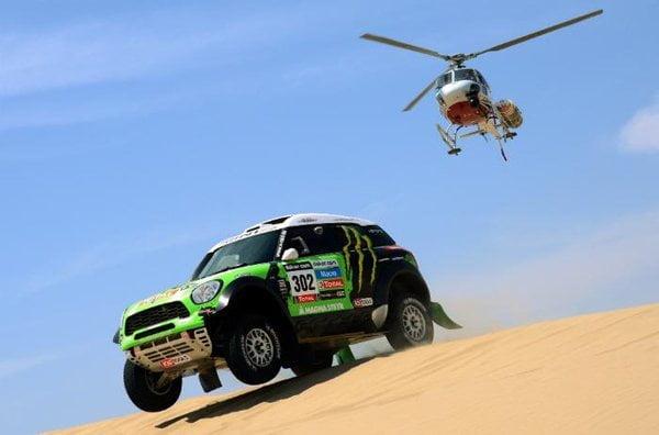 Todos los favoritos del Rally Dakar 2013 se convirtieron en líderes del Rally Dakar 2013 tras correrse la tercera etapa. En la foto, Peterhansel corriendo en su coche
