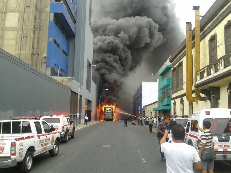 Incendio de bus en el Centro de Lima (Facebook: Ross Barja)