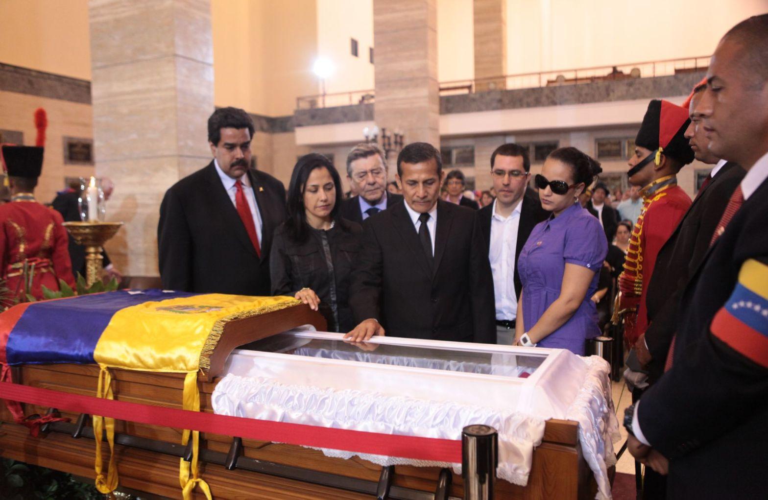 Ollanta Humala y Nadine Heredia ante el féretro de Hugo Chávez